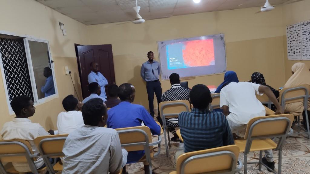 Abdihakim  undervisar